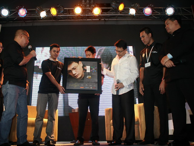 Kuya Daniel Razon accepts his Platinum Award for Isang Araw Lang: The Album